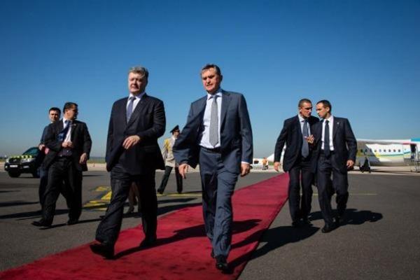 Порошенко прибыл в Париж: опубликованы фото