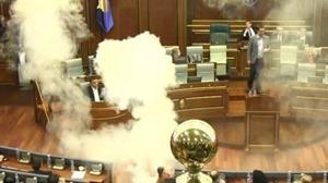 В Косово оппозиционер бросил дымовую шашку в зале парламента
