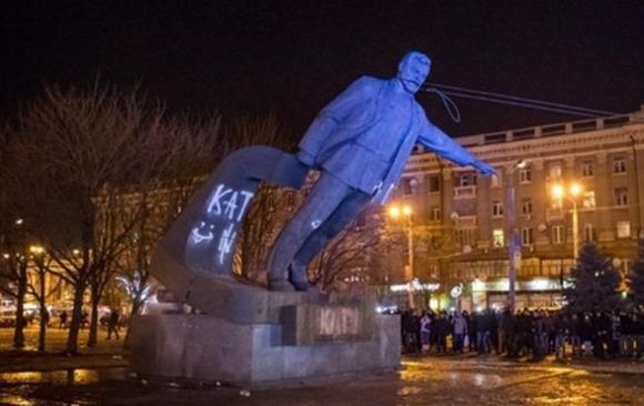 Активисты свалили памятник Петровскому в Днепропетровске