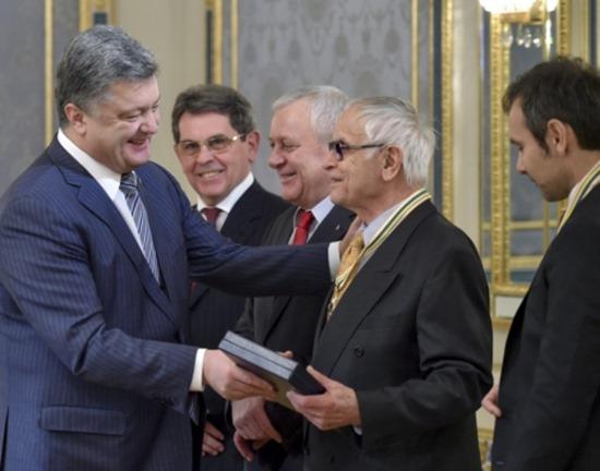 Порошенко по случаю Дня Соборности наградил Павлычко и Вакарчука