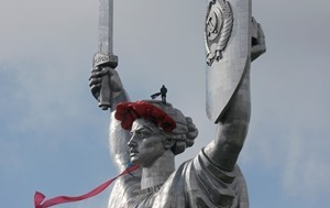 Со щита монумента «Родина-мать» в Киеве демонтируют герб СССР