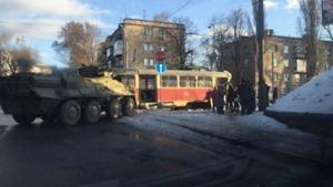 В Днепропетровске БТР протаранил трамвай, есть пострадавшие