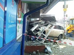 В Киеве Mercedes врезался в стоматологию, погибла женщина