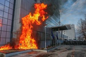 В Косово демонстранты подожгли здание парламента