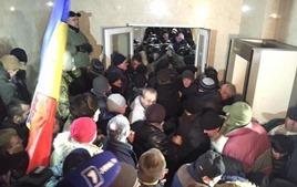 Штурм парламента в Молдове: депутатов вывели из здания