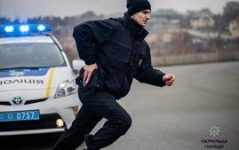 В Киеве женщина-водитель сбила патрульного и укусила его коллегу