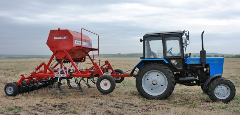 Трактор Беларус 82.1 4х4 на поле с культиватором осенью