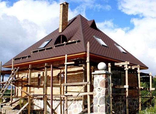 Четырехскатная крыша со строительными лесами