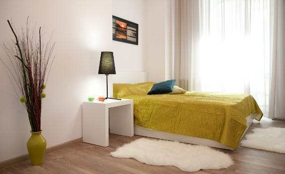 Квартира посуточно с большой кроватью и белыми стенами