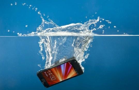 Смартфон упал в воду