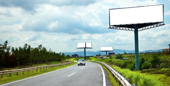 Рекламный щит возле дороги