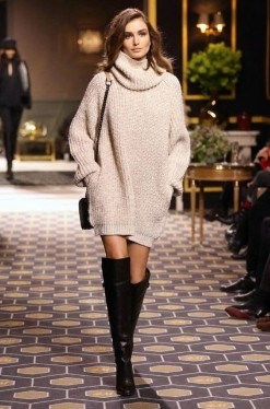 Девушка в бежевом вязанном платье-свитере
