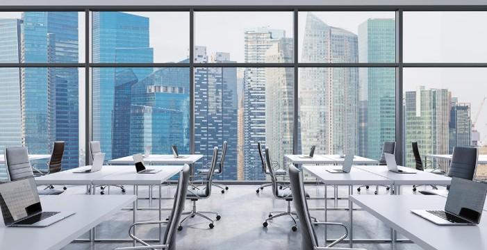 Офис со стульями и столами