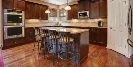 Современные барные стулья на кухне