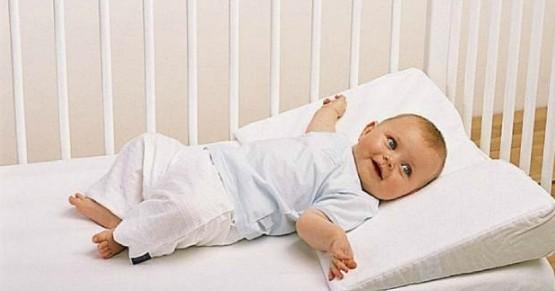 Наклонная ортопедическая подушка для новорожденного