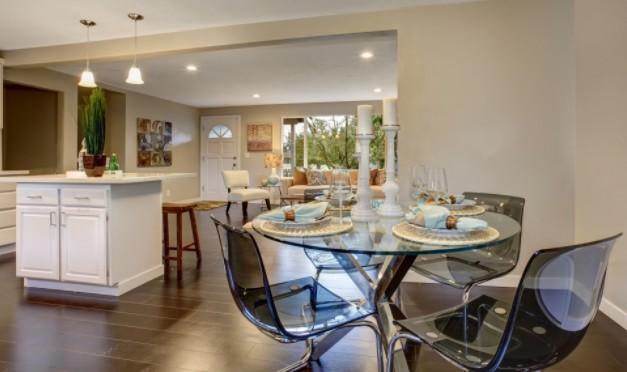 Стеклянный столик и стулья на кухне