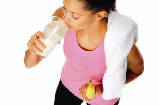 худая девушка пьет протеин