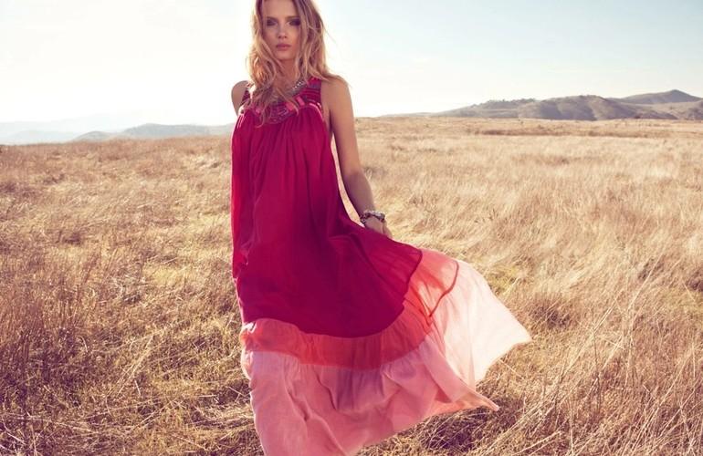 Девушка в длинном розовом сарафане