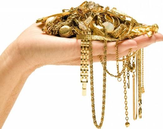 Золотые украшения на женской руке