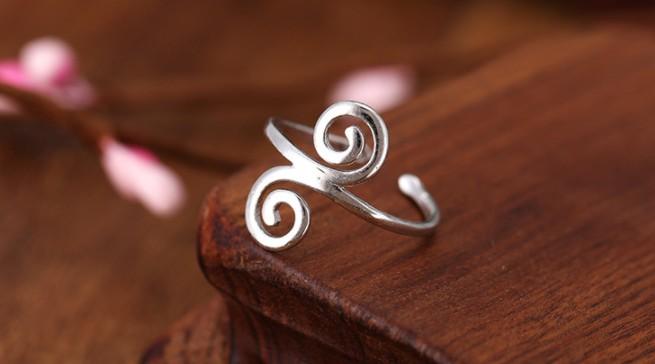 Серебряное кольцо на деревянной подставке