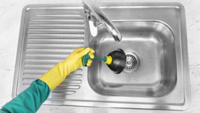 вантуз для устранения засора в раковине на кухне
