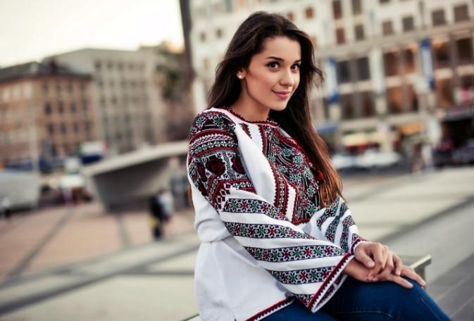 Молодая девушка в украинской вышиванке