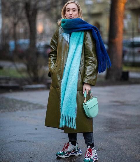 женщина в цветных кроссовках