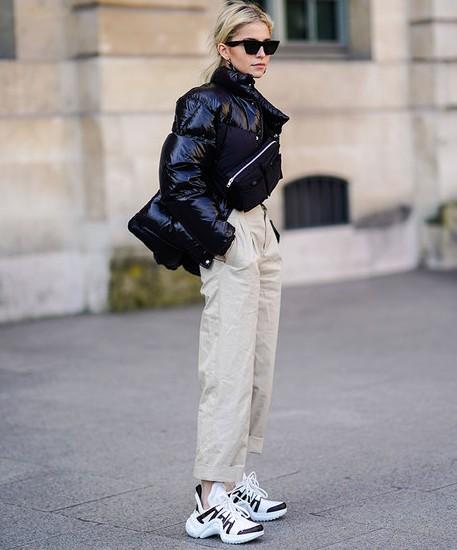 девушка в массивных кроссовках и светлых штанах